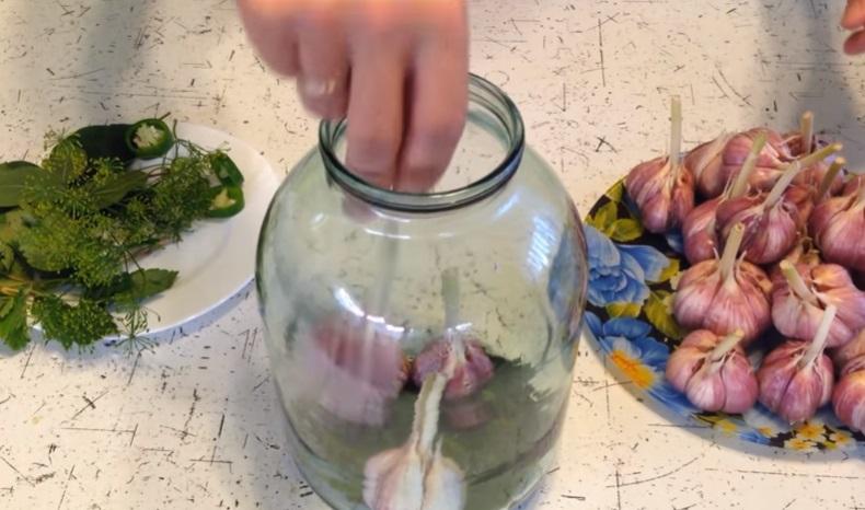 маринованный чеснок, как на рынке без стерилизации - рецепт на зиму фото 1