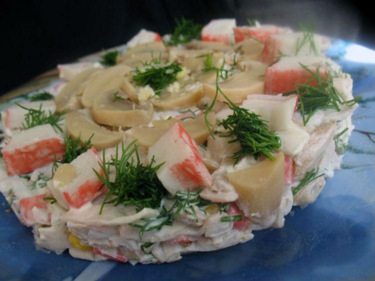 классический рецепт салата Алёнка с крабовыми палочками и шампиньонами