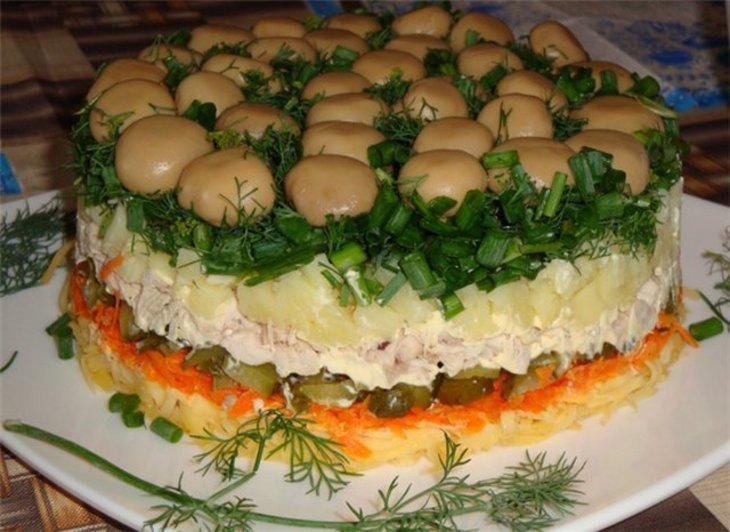 классический рецепт - салат Лесная поляна с опятами на фото