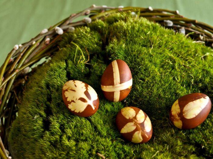 Веточки на пасхальных яйцах фото